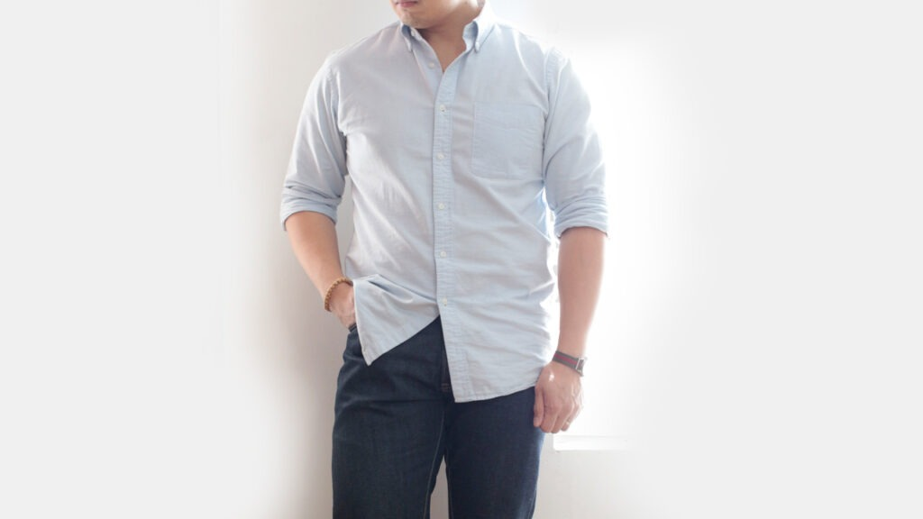 Photo recadrée d'un homme portant une chemise oxford bleu clair