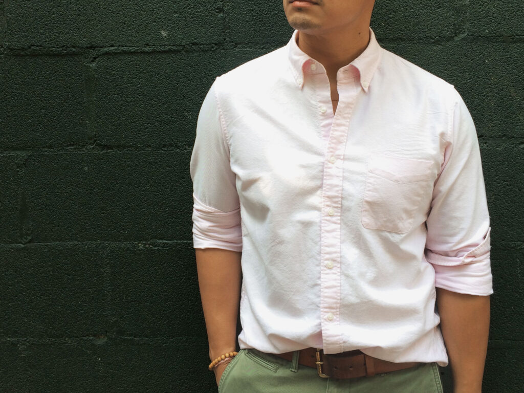 photo recadrée d'un homme portant une chemise oxford rose