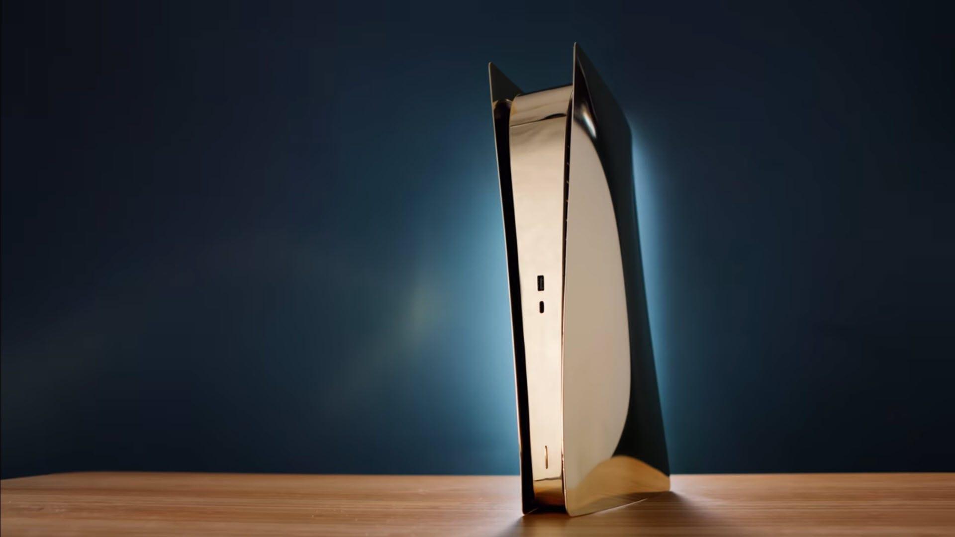 Une PlayStation 5 en laiton sur un bureau en bois.