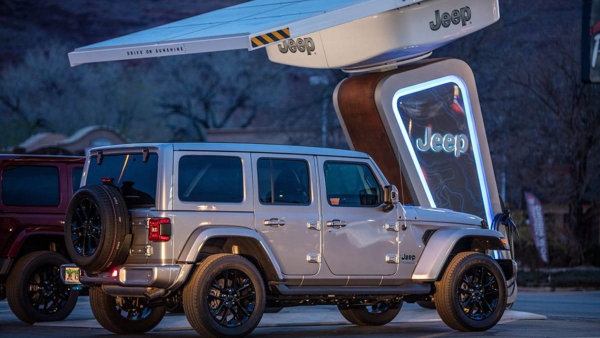 Une Jeep sous un toit solaire avec les logos Jeep.