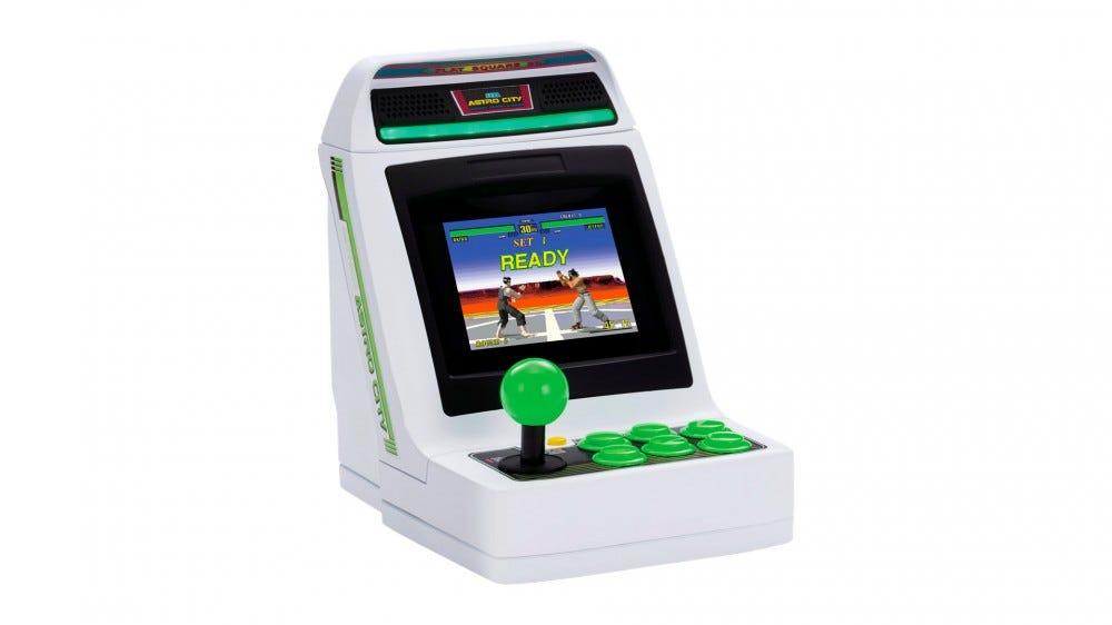 Une console Astro City Mini avec «Virtua Fighter» à l'écran.