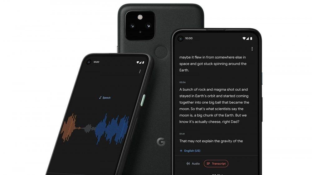 Trois téléphones Pixel avec des applications d'enregistrement audio s'ouvrent et les mots sont transcrits.