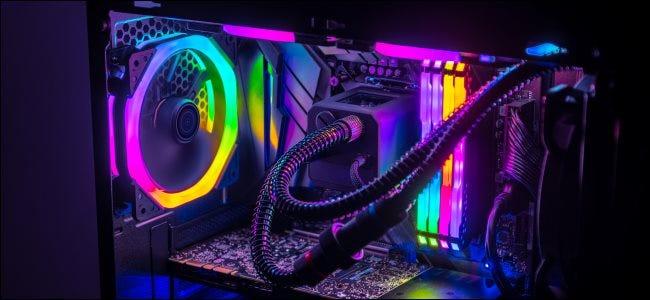 Les composants internes d'un PC de jeu avec des LED RBG.