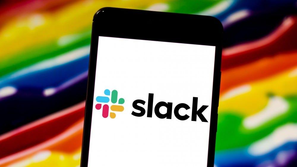 Logo de l'application Slack affiché sur l'écran du smartphone sur fond arc-en-ciel