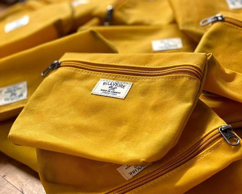 Gros plan de la pochette en toile jaune
