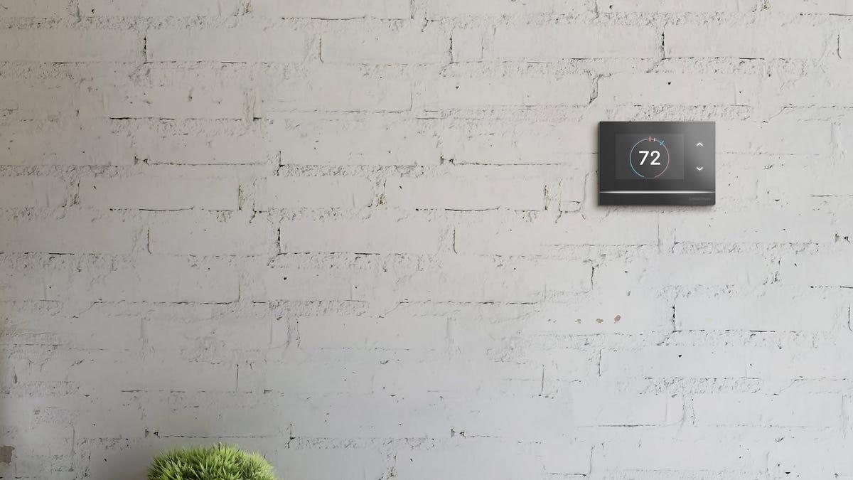 Un thermostat Crestron Horizon sur un mur de briques