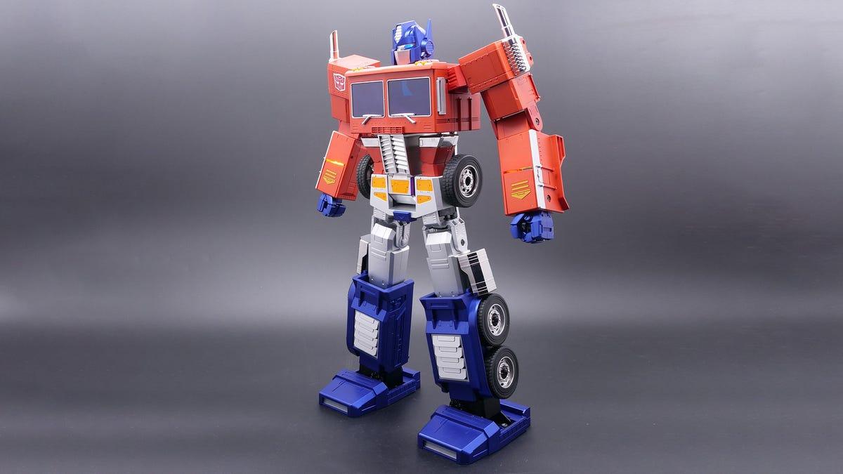 Un jouet Optimus Prime sous forme humanoïde.