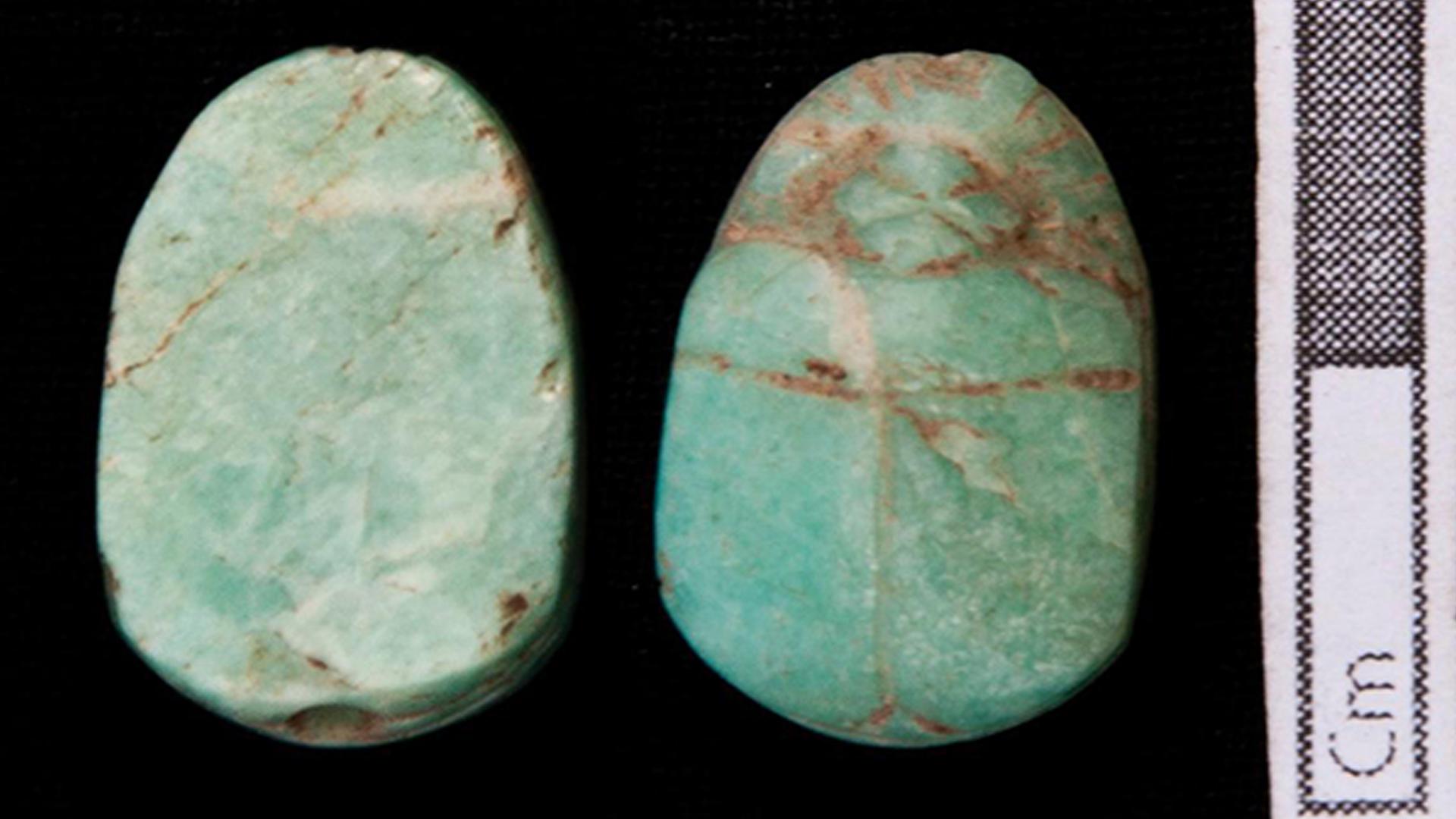 Amulettes de scarabées trouvées sur le site de sépulture.