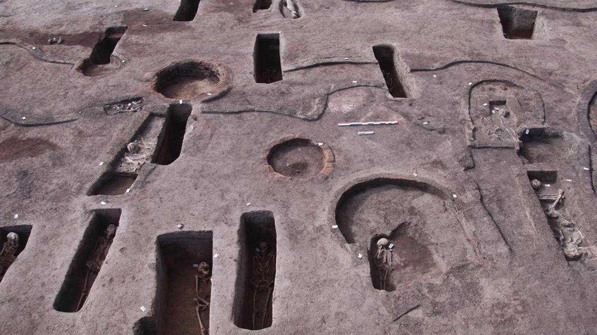 Plusieurs tombes égyptiennes antiques.