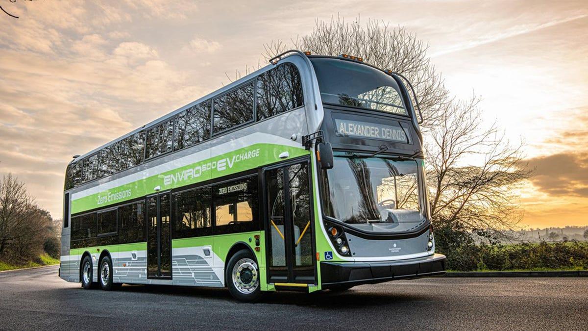 Un bus à impériale en vert et blanc.