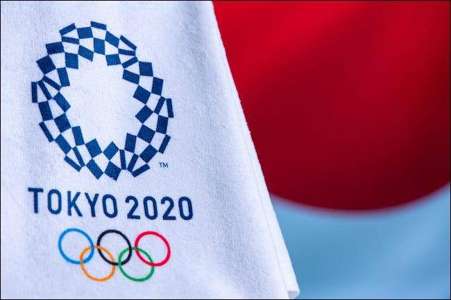Logo de Tokyo 2020 sur un drapeau olympique