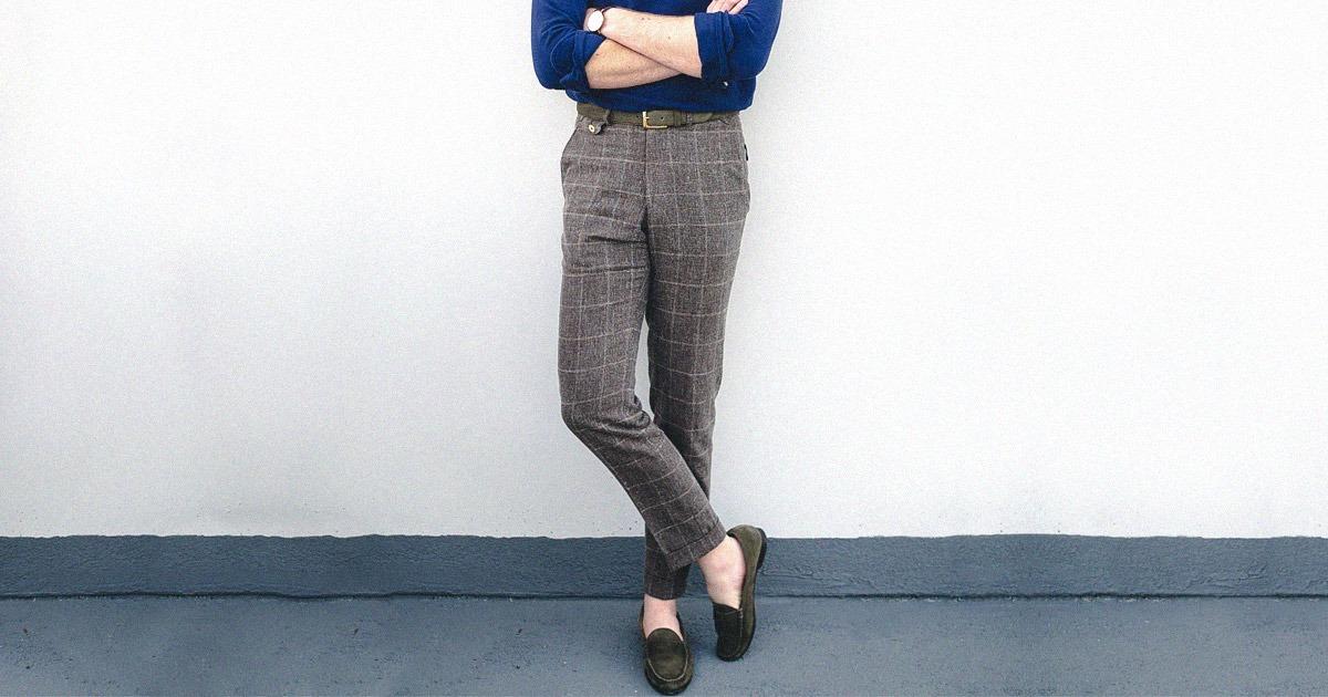 homme debout portant un pantalon