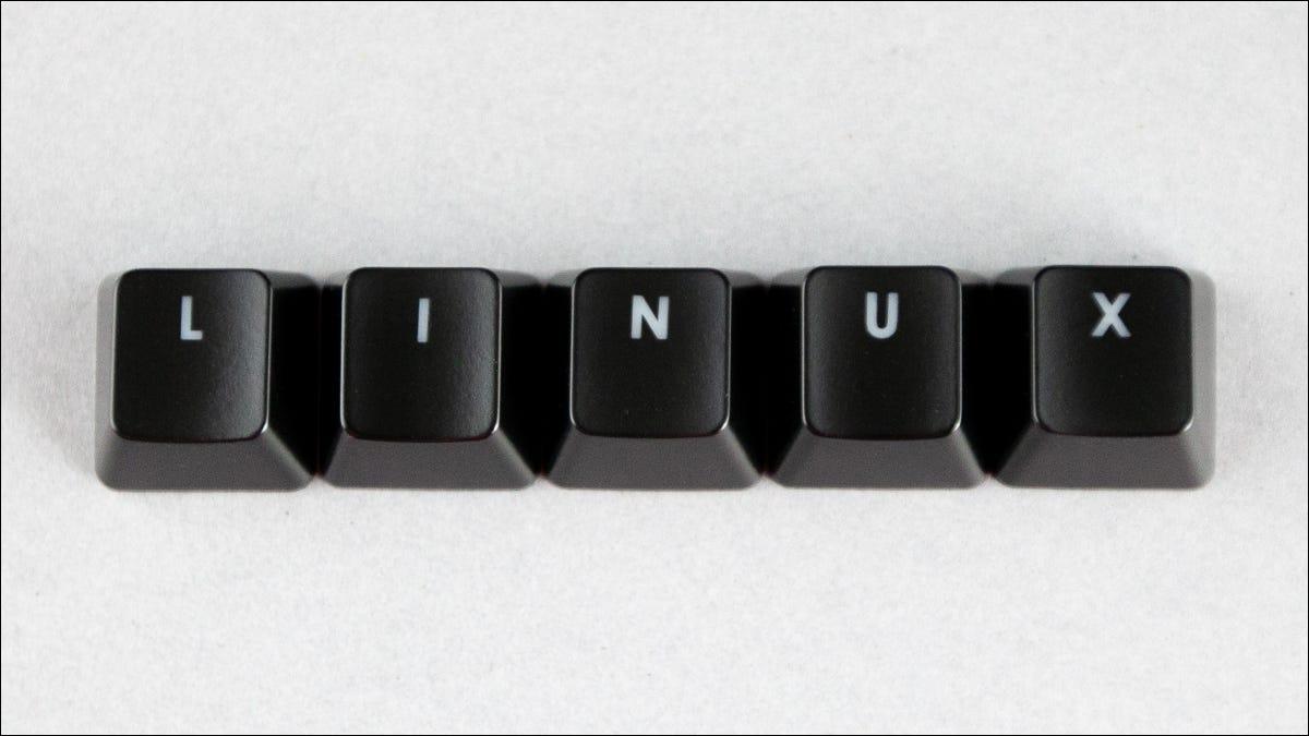 Linux orthographié à l'aide de touches noires sur fond blanc